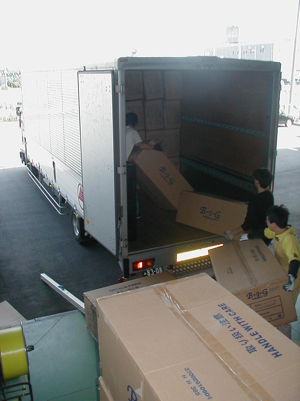 トラックへの積込み風景